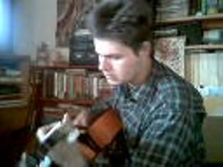 Viktor gitárját pengeti